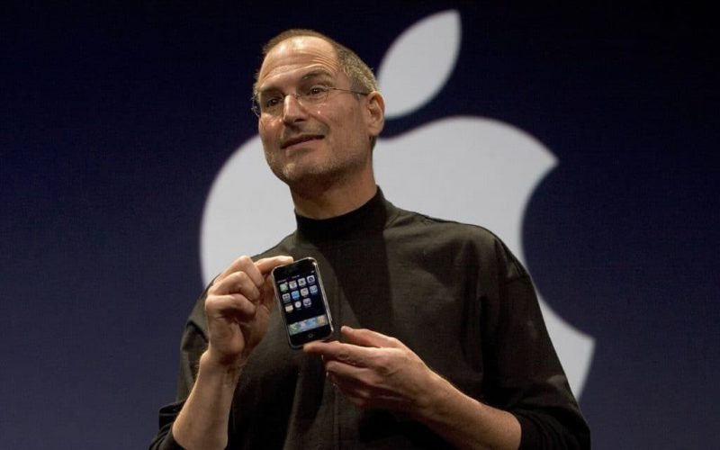 Steve Jobs Unveiling iPhone 1024x640